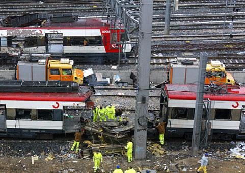 El coche 1, último del tren en su movimiento, pasa tras los coches 6 y 5 de Téllez  cuando éstos están siendo despojados de material