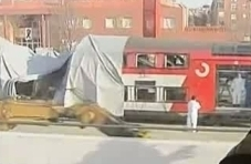Desde las ventanillas de los trenes, una vez reanudado el servicio el día 15, se ve la actuación de los agentes con mono blanco inspeccionando el coche 5 poco antes de retirar la lona que lo cubría