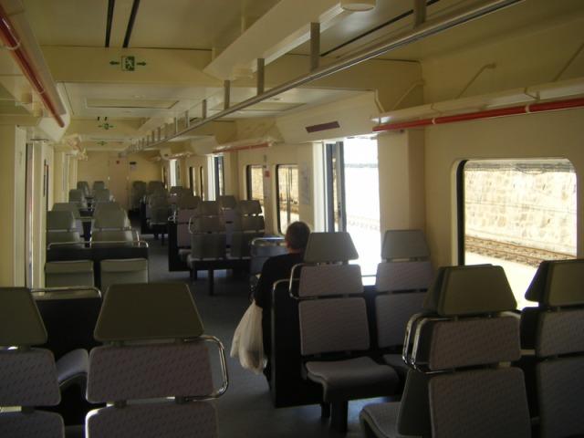 Interior del coche 4 de Santa Eugenia ya reparado: al fondo la puerta de entrada a la cabina de conducción. En el lado derecho, en los cuatro asientos que se ven junto a la puerta central estalló la bomba.