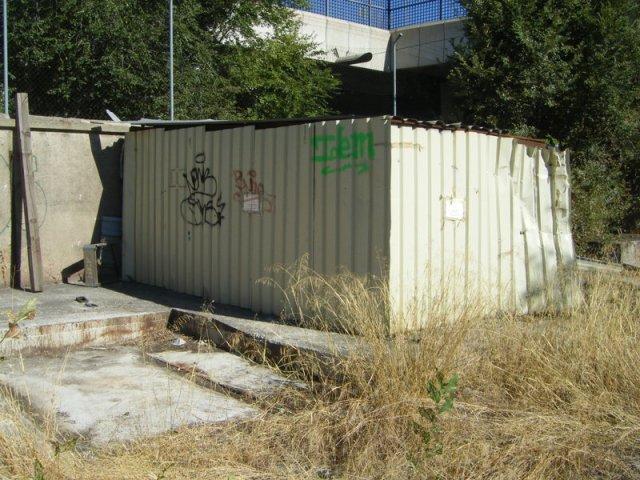 El cobertizo el 16 de septiembre de 2013. Ha quedado abierto el hueco que lo separa del muro