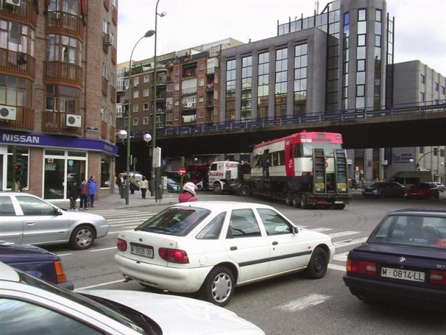 El camión gira desde la avenida Ciudad de Barcelona a la calle del Doctor Esquerdo. Son las 13h 33, el recorrido desde Téllez hasta aquí ha durado media hora
