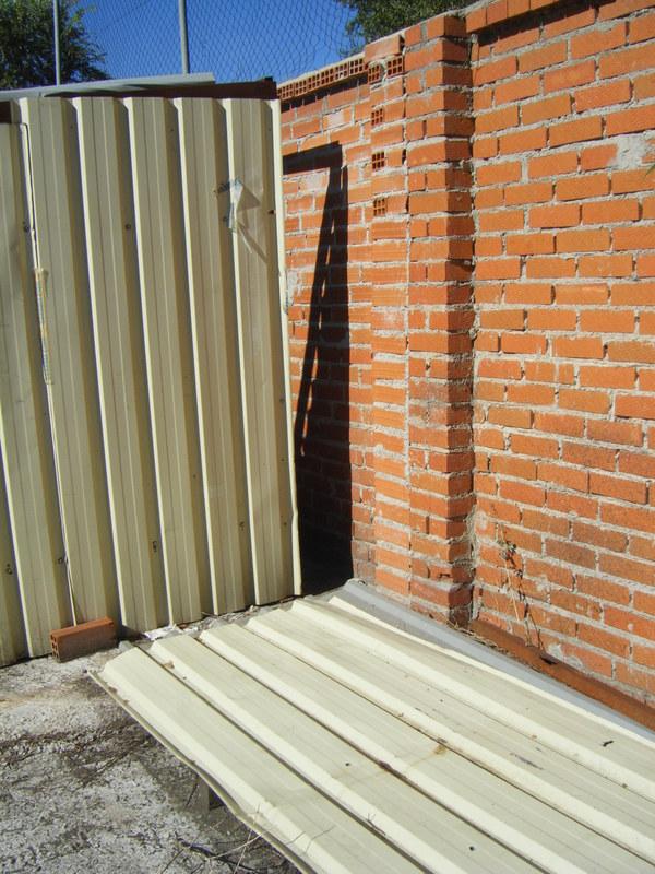 Primer acceso que, levantando precintos de la Guardia Civil en un lugar entonces escondido, alguien abrió también junto al muro por el lado más visible. Así estaba el 16 de septiembre de 2013