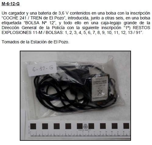 """6-12G: Un cargador y una batería de 3,6 V contenidos en una bolsa con la inscripción """"COCHE 241 / TREN de El Pozo"""