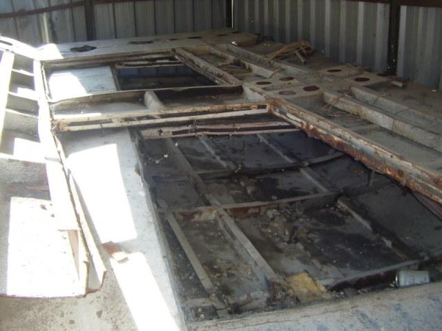 Uno de los laterales del tren colocado sobre lo que fue el techo, el 16 de septiembre de 2013