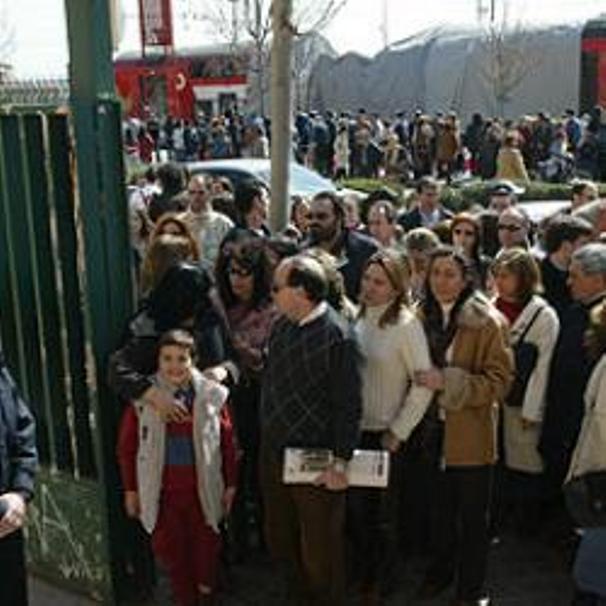 El coche 5 cubierto con una lona ante el colegio electoral Madrid Sur el 14 de marzo