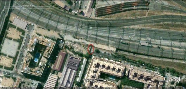 La zona de Téllez el 28 de octubre de 2003. Se ve claramente la losa de hormigón que se utilizó para el cargue en camiones de los coches explotados. Se ha marcado en rojo un muro transversal de cierre de la calle de Téllez