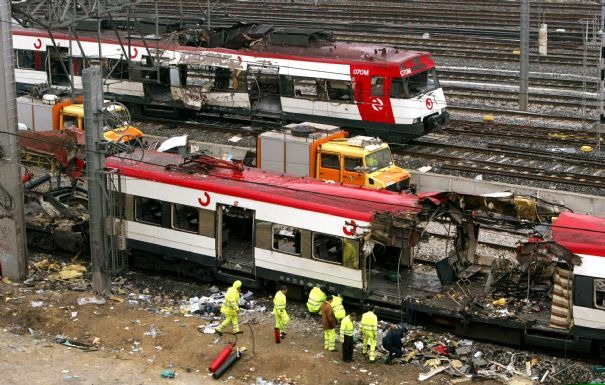 El tren de Atocha termina de pasar lentamente, y sigue la búsqueda policial de restos