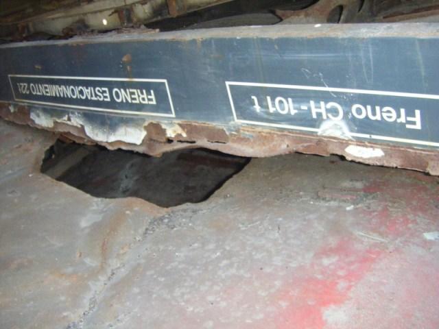 Inscripción en el suelo del foco de Santa Eugenia el 16 de septiembre de 2013. Debajo, el techo del tren