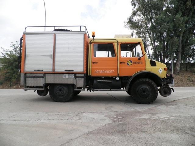 Vehículo bivial de Renfe apoyado en los neumáticos