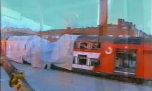 En la mañana del día 15, desde la ventanilla de los trenes se podía ver una excavadora preparada ante el coche 5 aún medio tapado con una lona
