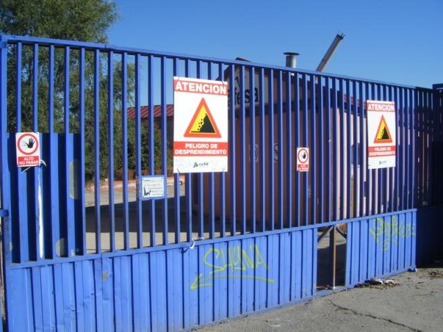 7 de octubre de 2013. Carteles de peligro de desprendimiento en las puertas del taller y ampliado el agujero inicialmente abierto en la chapa