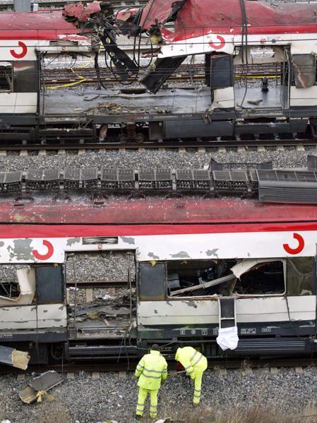 Mientras pasa por detrás el coche 5 de Atocha excepcionalmente limpio, en el coche 4 de Téllez hay todavía mucho material destrozado