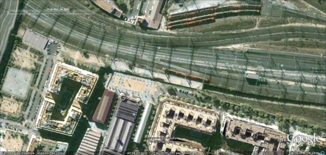 Foto 3.- El mismo lugar de la foto 2 en imagen del 14 de noviembre de 2004. El muro transversal ha desaparecido, se demolió después del 11-M. Se ha urbanizado el espacio entre ese muro desaparecido y el otro existente más a la izquierda.