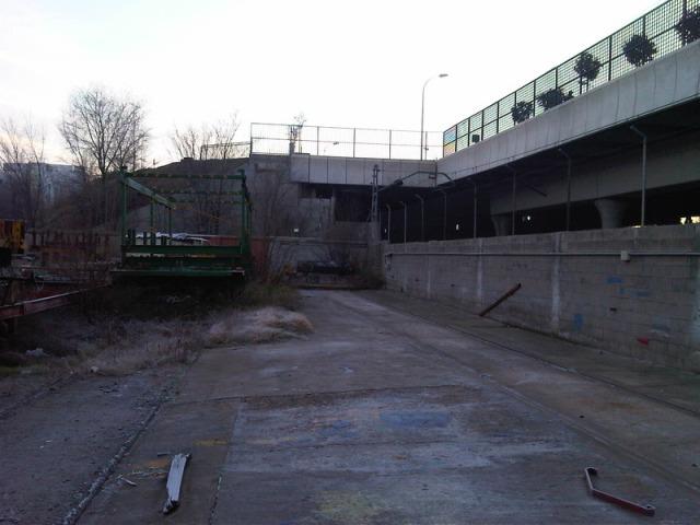 4 de enero de 2012. Al fondo del recinto de Tafesa aparece un cobertizo blanco semiescondido tras unas estructuras