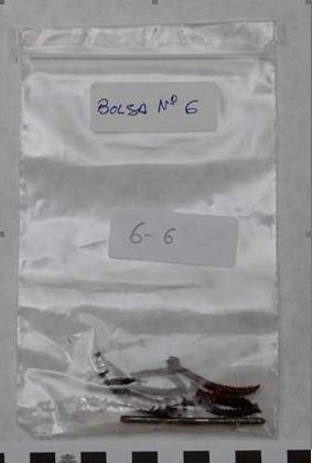 Tornillos y clavos doblados, que, como muestra 6-6-, fue lo único conservado y analizado del coche 1 de Téllez