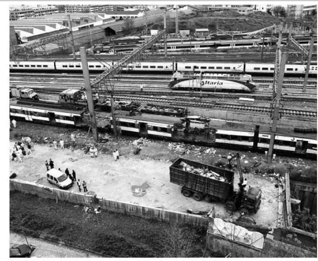 Camión retirando material extraído del tren el día 12