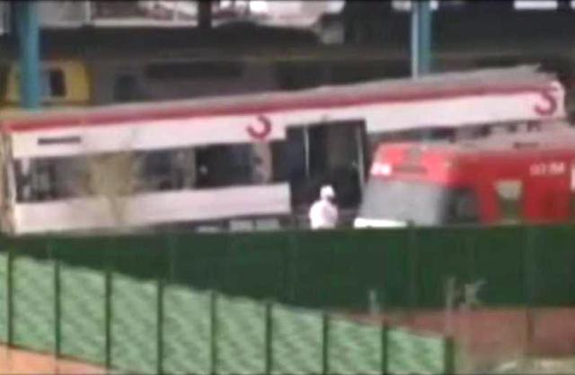 Alguien con un mono blanco como el utilizado por la Policía Científica, entre los restos del tren de Téllez en Villaverd