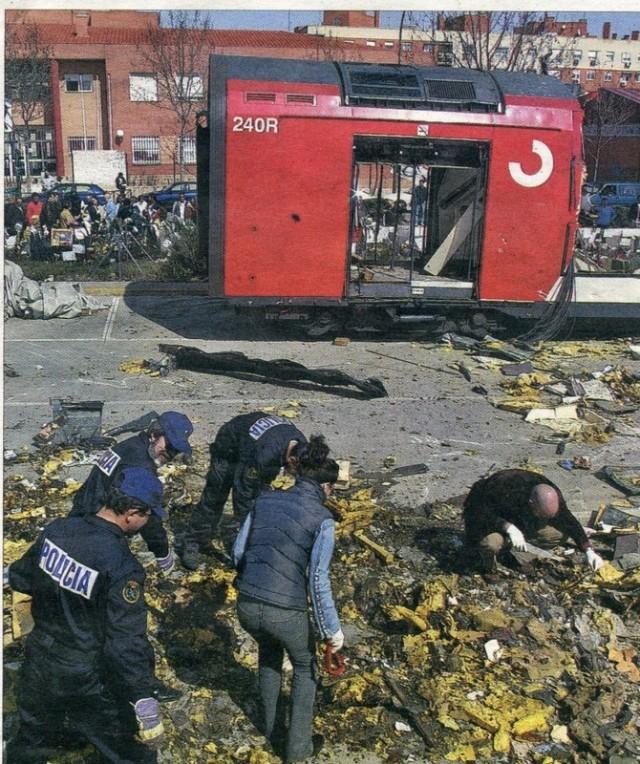 Foto de El Mundo del 21 de mayo de 2007. Policías buscando, el 15 de marzo de 2004, entre los restos del coche 5 de El Pozo. Al fondo, el colegio Madrid Sur, en el que se instaló un colegio electoral el día 14