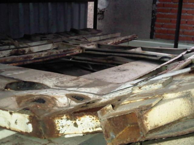 Chapas deformadas y oxidadas amontonadas en el interior del cobertizo el 4 de enero de 2012
