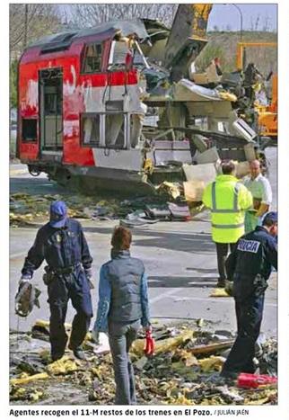 Foto de El Mundo del 26 de enero de 2011 (pie de foto erróneo). Policías buscando, el 15 de marzo de 2004, entre los restos del coche 5 de El Pozo
