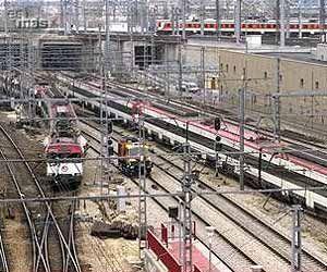 Desde la cubierta de la estación, a la izquierda, el tren saliendo de Atocha