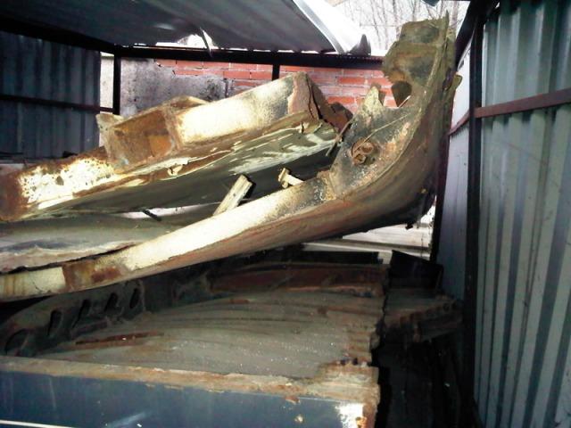 Chapas deformadas y oxidadas amontonadas en el interior del cobertizo