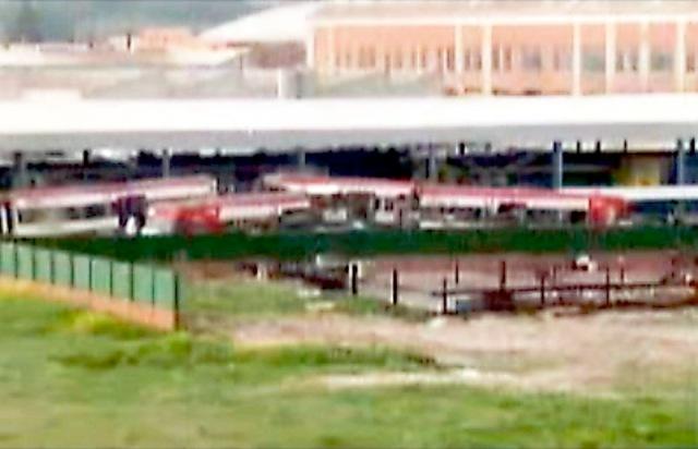 Imagen, de marzo de 2004, de la misma nave blanca de las fotos anteriores, pero tomada desde el lado contrario. Se observa claramente que tiene abiertos sus dos laterales, se ve a su través. De los coches que se ven en primer plano nos ocuparemos más adelante