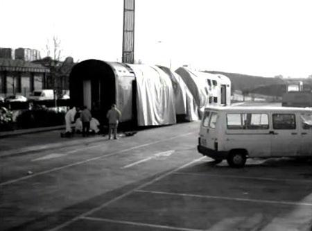 El coche 5 depositado e inspeccionado en el aparcamiento de la estación