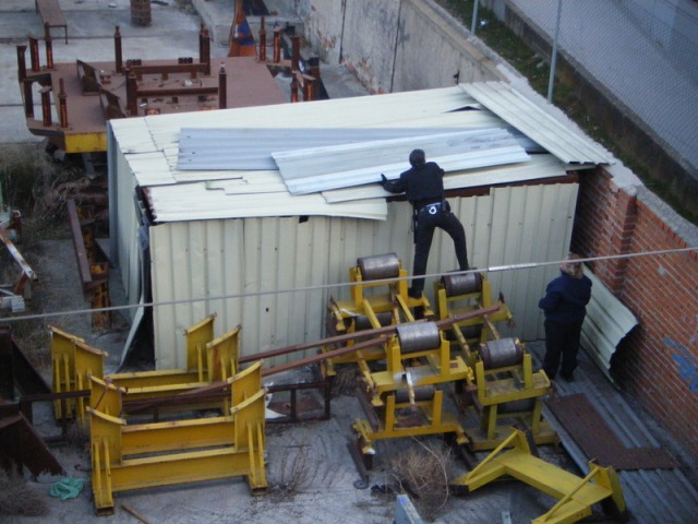 El 28 de febrero de 2012, agentes de seguridad de Tafesa acondicionan el cobertizo que guarda los restos del foco de Santa Eugenia, tapando los huecos existentes