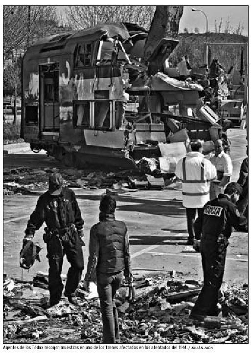 Policías estudian los restos del coche ante su parte trasera