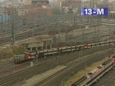 El tren, remolcado por un tractor diesel de maniobras, se acerca a Téllez